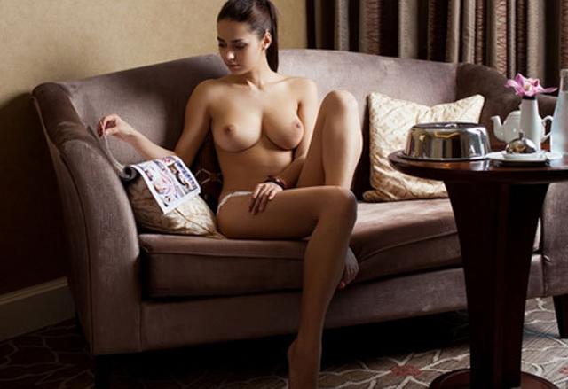 фото девушка сидит голая ване
